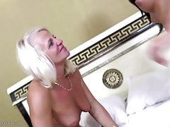 Sexy mature mom fucked by girl